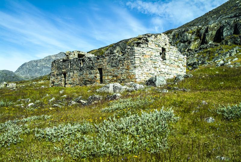 Guerreros y granjeros - vista de la iglesia de Hvalsey Viking y Mountain View de Viking en Groenlandia foto de archivo libre de regalías