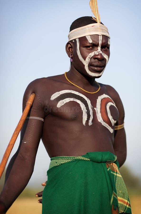 Guerrier de Mursi dans Omo du sud, Ethiopie photo libre de droits