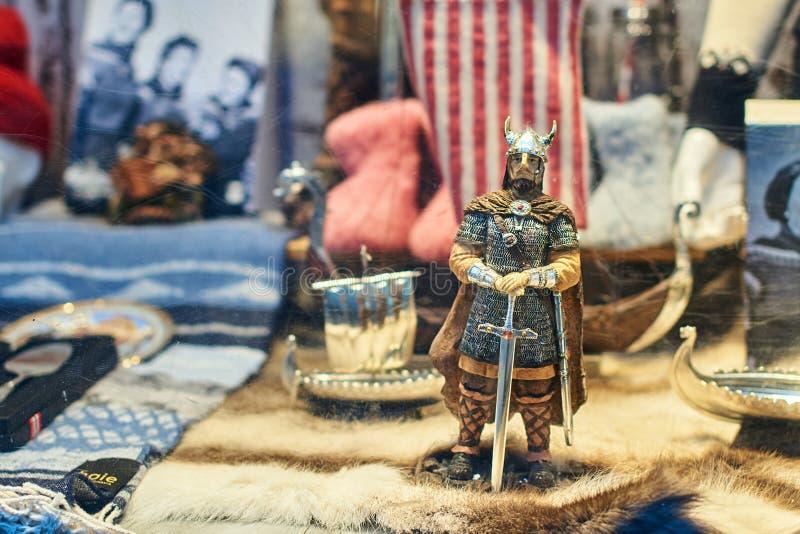 Guerrier de soldat de Viking et d'autres jouets norvégiens traditionnels au viseur d'une boutique de cadeaux de souvenir image libre de droits