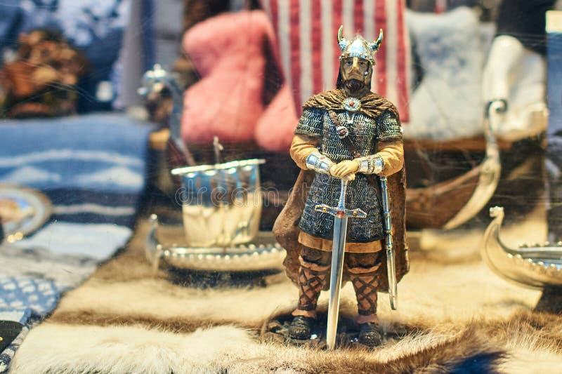 Guerrier de soldat de Viking et d'autres jouets norvégiens traditionnels au viseur d'une boutique de cadeaux de souvenir photographie stock libre de droits