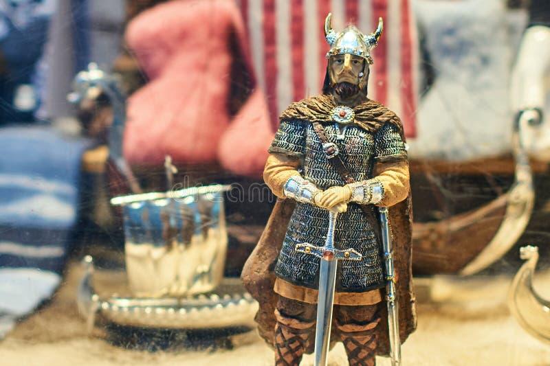 Guerrier de soldat de Viking et d'autres jouets norvégiens traditionnels au viseur d'une boutique de cadeaux de souvenir photo stock