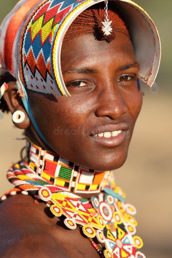 Guerrier de sourire de Samburu dans le courrier d'archers, Kenya images stock