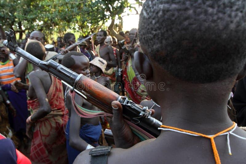 Guerrier de Suri dans Omo du sud, Ethiopie photos stock