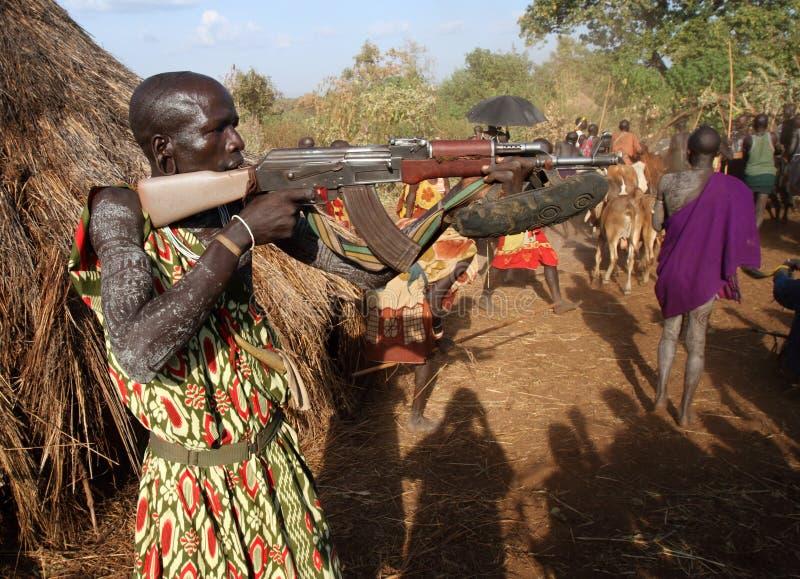 Guerrier de Suri dans Omo du sud, Ethiopie image stock