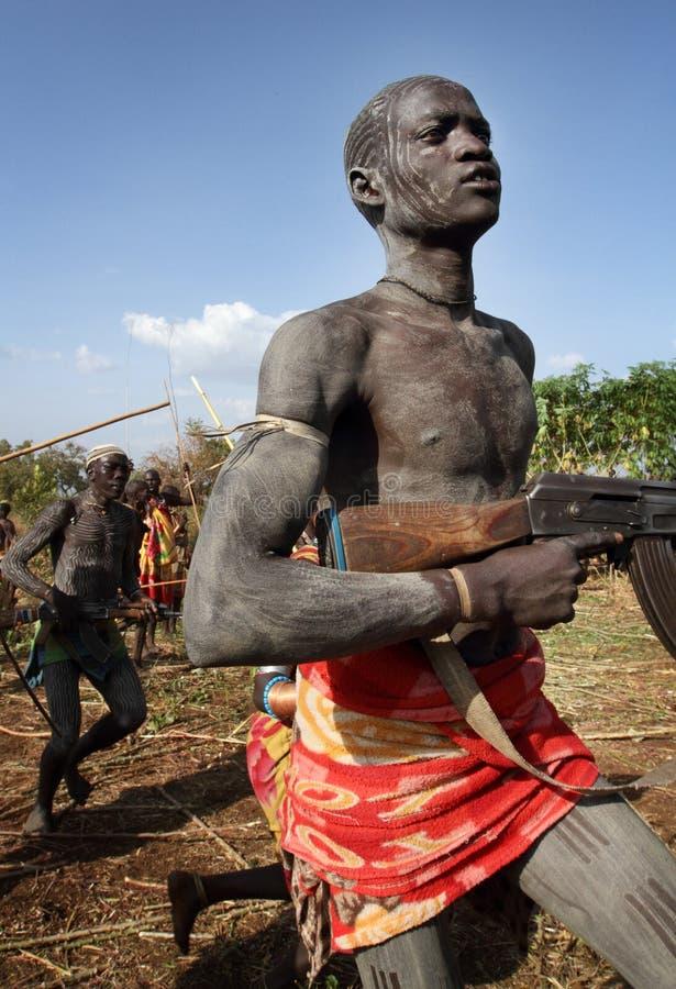 Guerrier de Suri dans Omo du sud, Ethiopie photographie stock