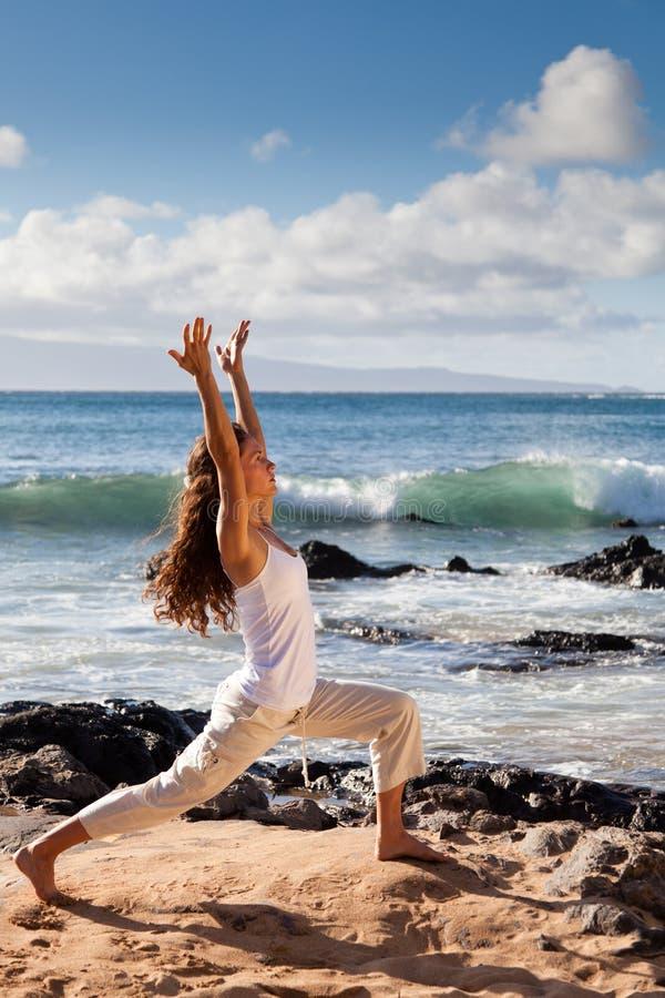 Guerrier de yoga que je pose dans Maui Hawaï image libre de droits