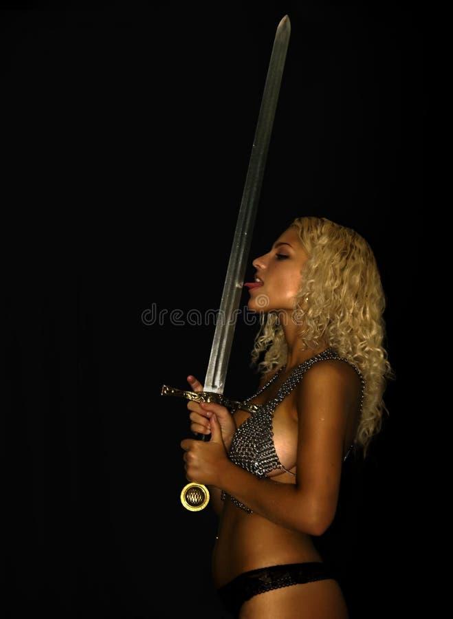Guerrier féminin avec l'épée photo stock