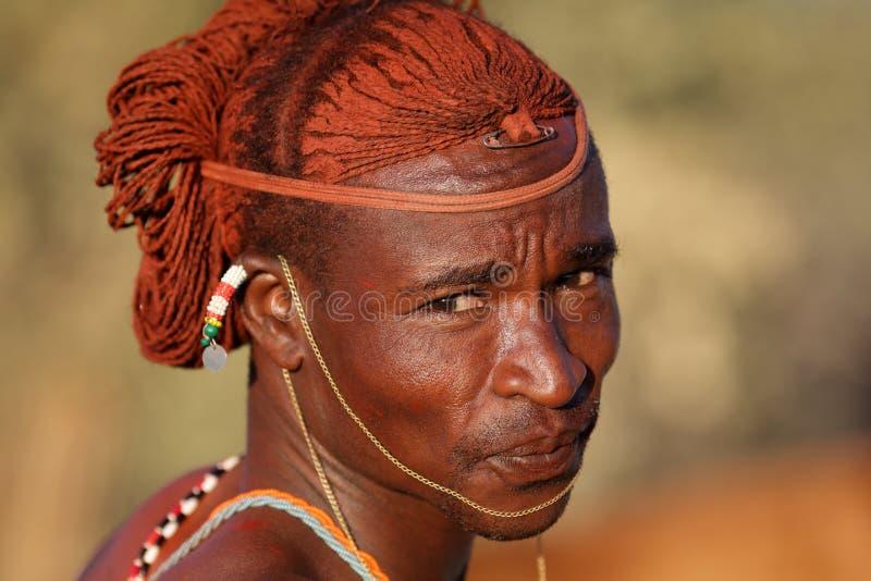 Guerrier fier de Samburu dans le courrier d'archers, Kenya photos libres de droits