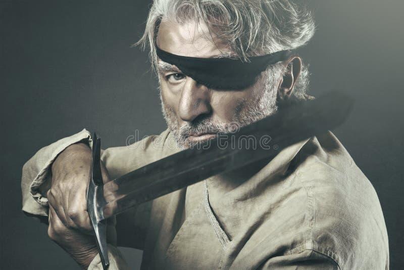Guerriero anziano con la spada immagini stock