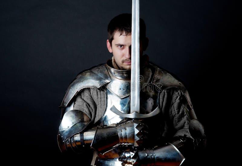 Guerriero che tiene la sua grande spada immagini stock