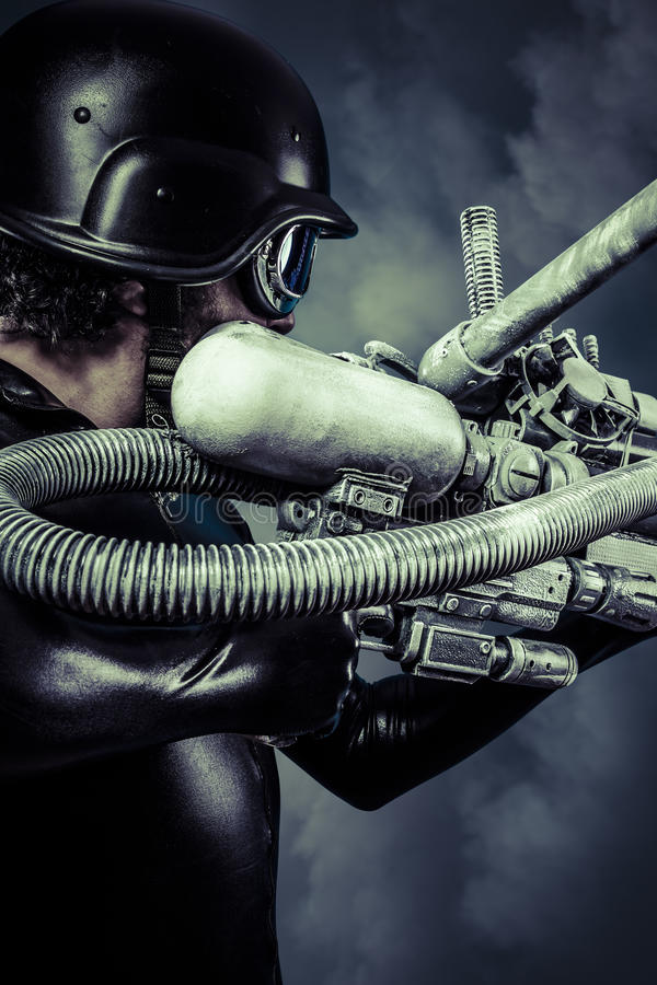 Guerriero del futuro con il fucile da caccia enorme del cannone del laser sopra la s blu immagini stock libere da diritti