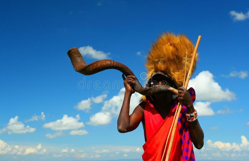 Guerriero del Masai che gioca corno tradizionale