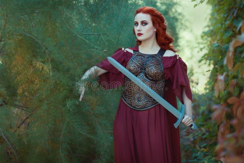 Guerriero della donna con una spada in sua mano immagini stock libere da diritti
