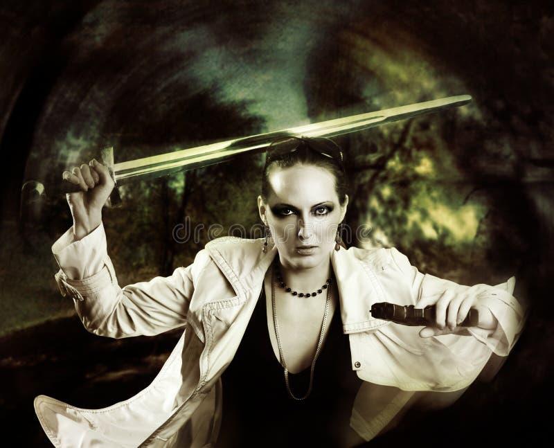 Guerriero della donna del pericolo con la spada fotografie stock libere da diritti