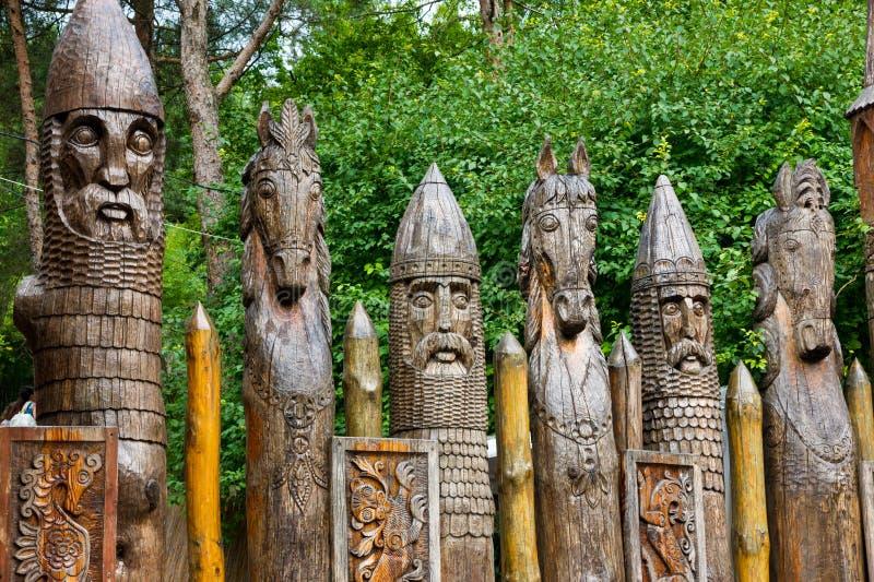 Guerriero e cavalli di legno dello slavo della statua della palizzata immagini stock libere da diritti