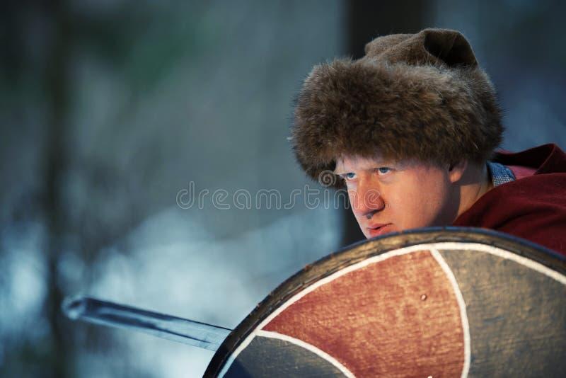 Guerriero medievale con la spada e lo schermo fotografie stock libere da diritti