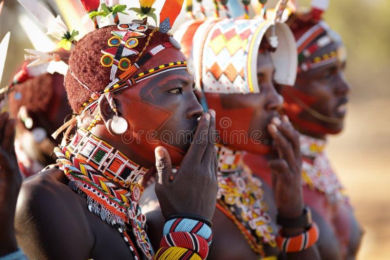 Guerriers colorés de Samburu dans le courrier d'archers, Kenya photo stock