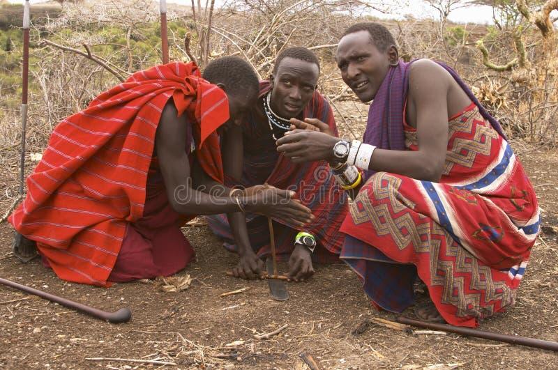 Guerriers de masai allumant le feu photographie stock