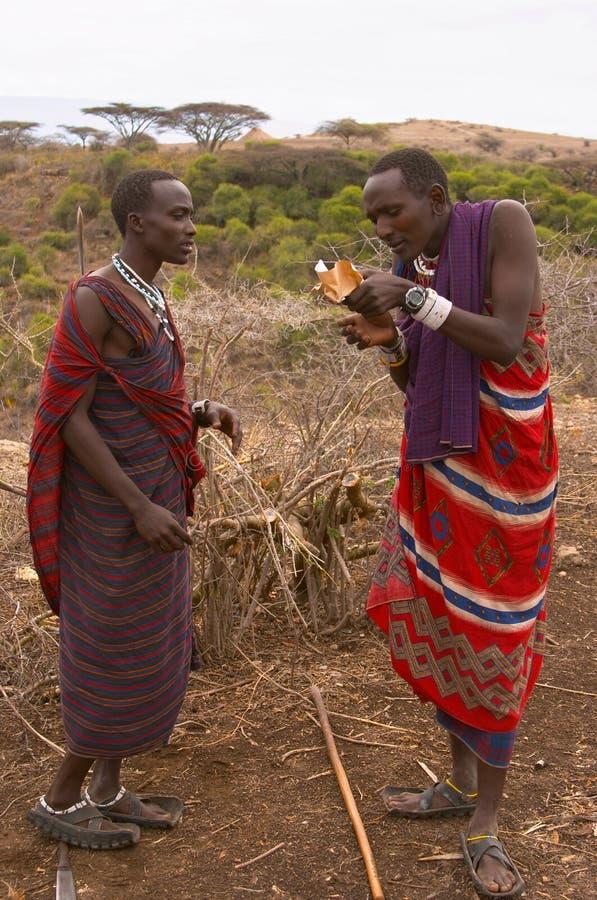 Guerriers de masai allumant le feu photos libres de droits