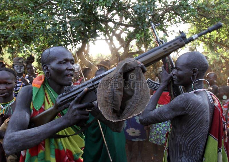 Guerriers de Suri dans Omo du sud, Ethiopie photos libres de droits
