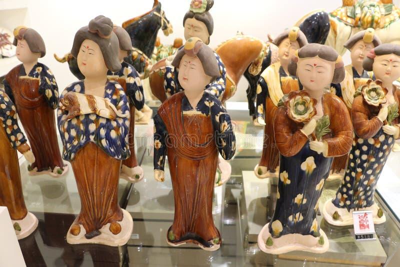 Guerriers de terre cuite dans les magasins de touristes dans Lintong, Chine photo stock