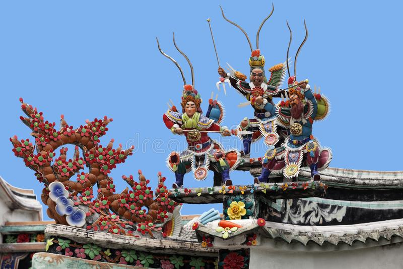 Guerriers sur un toit de temple images stock