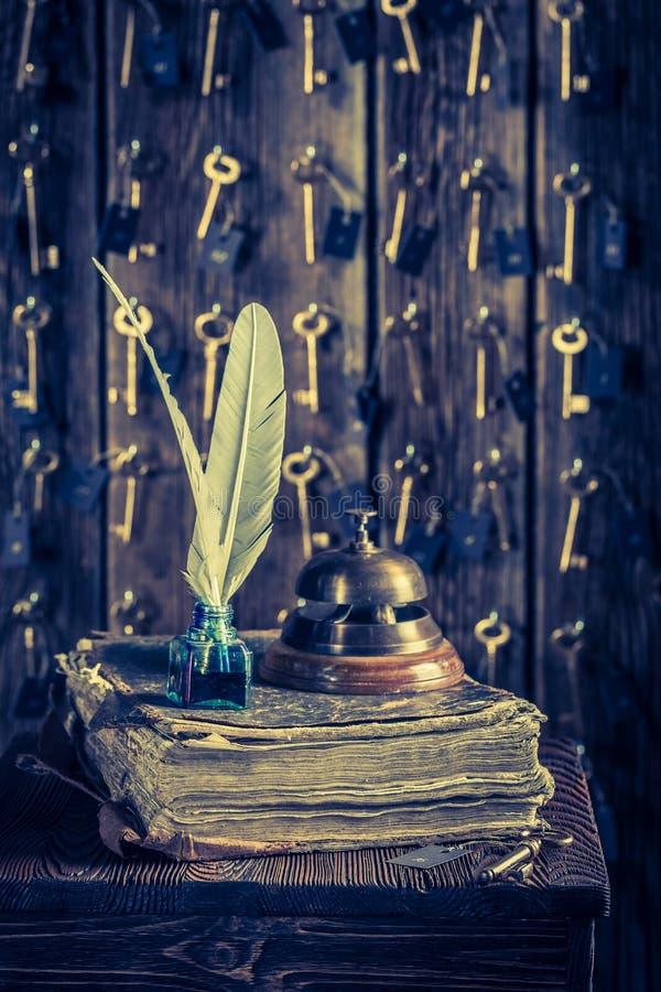 Guestbook e chiavi per le stanze nella ricezione d'annata in hotel fotografia stock libera da diritti