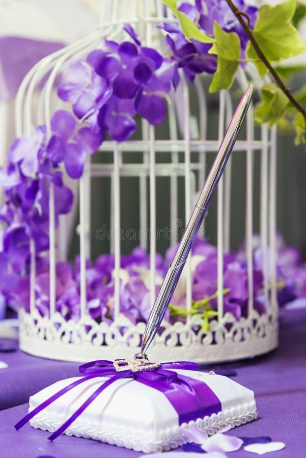 Guestbook und sein Stift am Tag einer Hochzeit stockfoto