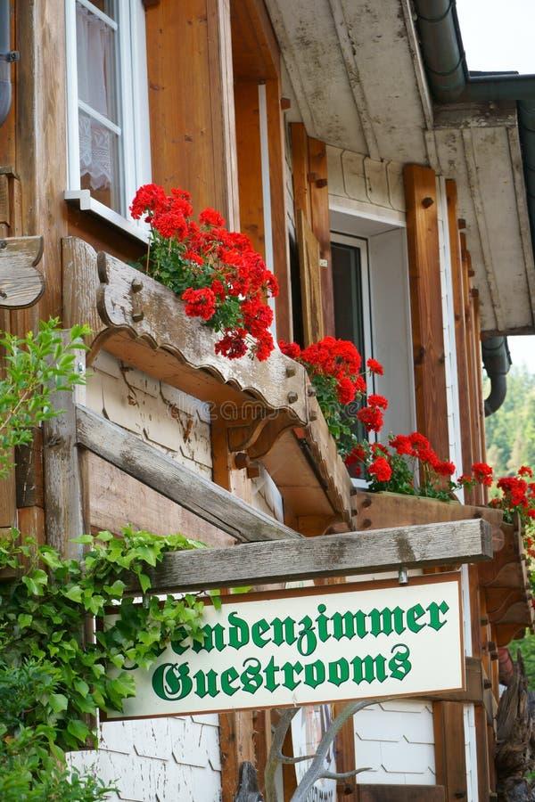 Guestroomsteken op houten raad stock fotografie