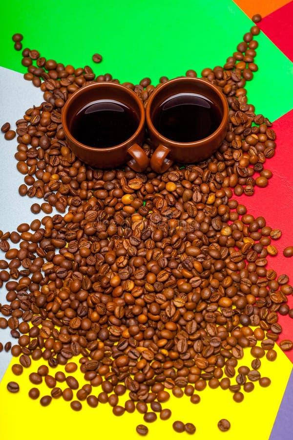 Gufo dei chicchi di caffè su fondo variopinto immagini stock libere da diritti