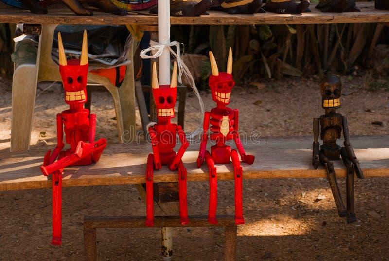 Gufo di legno della figurina ed il diavolo Ricordi dal Messico Mestieri che sono venduti sul mercato immagine stock
