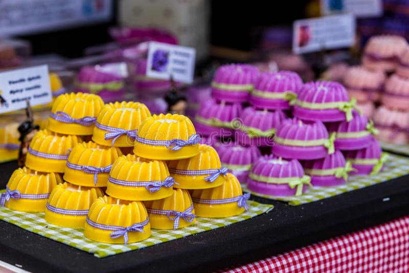 Gugelhupf alsacien traditionnel sur la boulangerie images stock