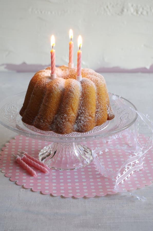 Gugelhupf med pudrat socker som födelsedagkakan arkivbild