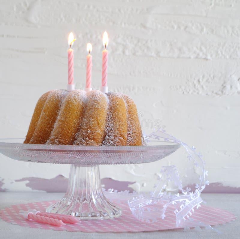 Gugelhupf med pudrat socker som födelsedagkakan royaltyfri foto