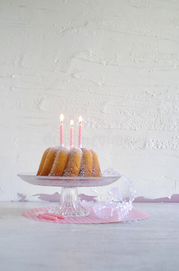 Gugelhupf med pudrat socker som födelsedagkakan royaltyfria bilder