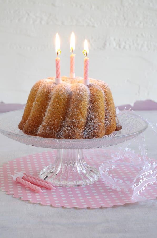 Gugelhupf med pudrat socker som födelsedagkakan arkivbilder