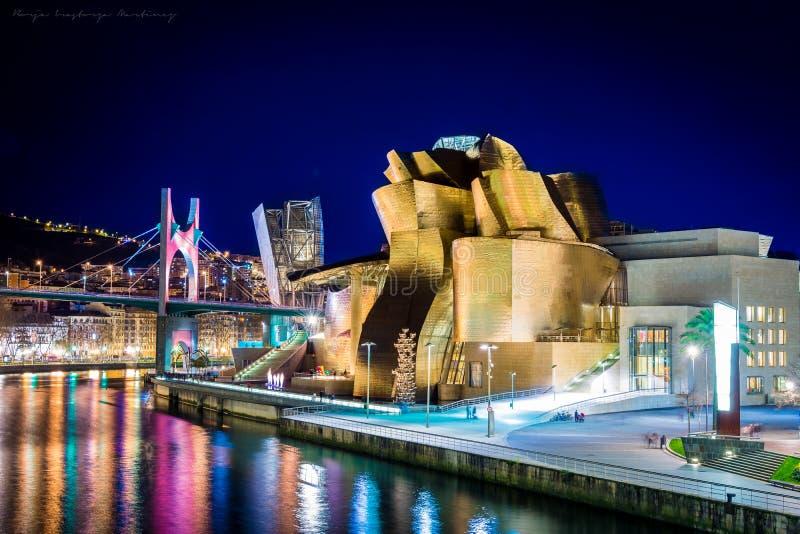 Guggenheimmuseum in Bilbao bij nacht, Spanje stock foto