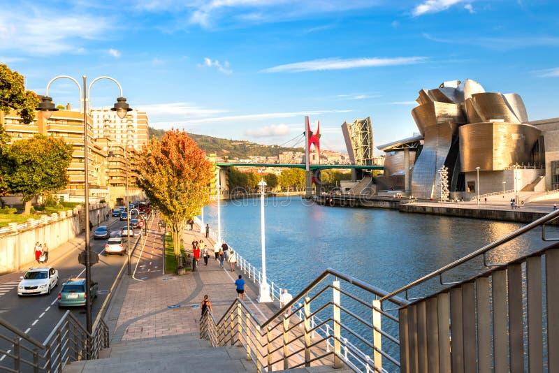 Guggenheimmuseum Bilbao, Nervion-Rivier en La-Wondzalfbrug in Recente Middagzonneschijn stock afbeeldingen