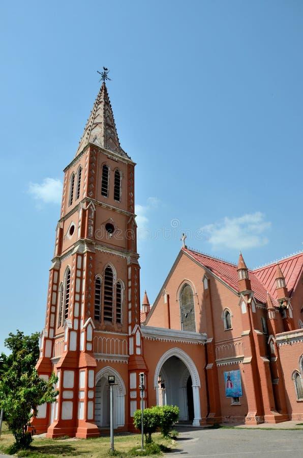 Guglia ed entrata di St Mary rinnovato la cattedrale vergine Multan Pakistan della chiesa immagini stock libere da diritti