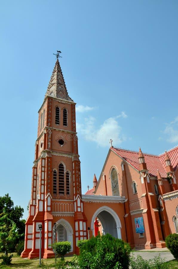 Guglia ed entrata di St Mary rinnovato la cattedrale vergine Multan Pakistan della chiesa fotografia stock libera da diritti