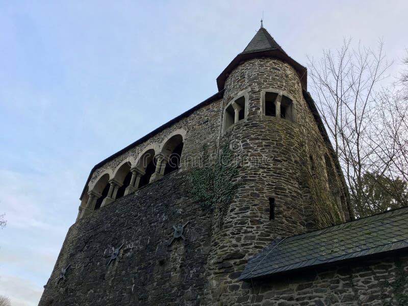 Guglia/torre del castello di Burg & di x28; Schloss Burg& x29; a Burg un der Wupper Solingen alla bella luce del sole immagine stock libera da diritti