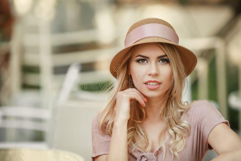 Guiñando a Girl modelo sensual que toca su cara, clavos de la manicura, cara adolescente de la belleza aislada en el fondo blanco fotos de archivo libres de regalías