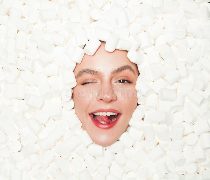 Guiño de la presentación modelo en mashmallow imágenes de archivo libres de regalías