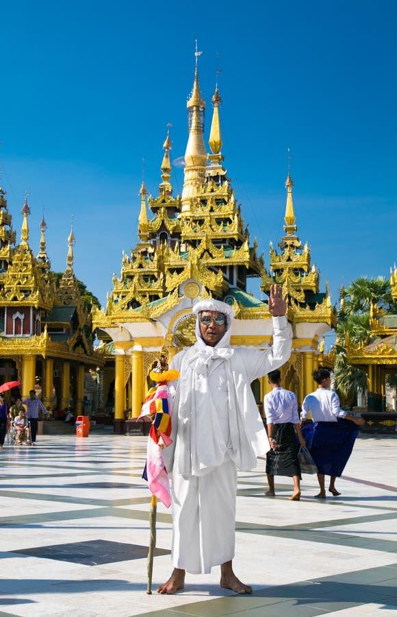 Guia budista no pagode de Shwedagon Paya em Yangon myanmar Bu imagens de stock royalty free