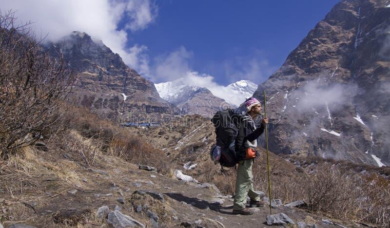 Guia do Nepali no pokhara do vale do khola do modi imagens de stock royalty free