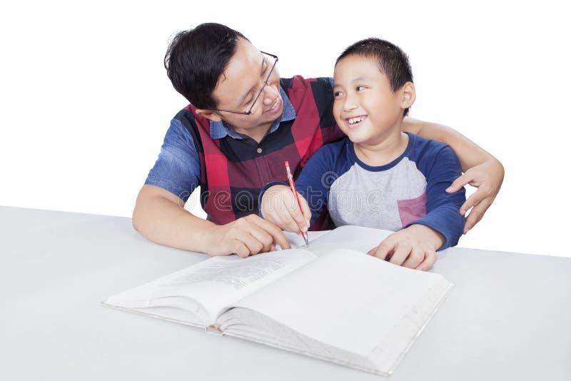 Guia do paizinho seu filho ao estudo foto de stock royalty free