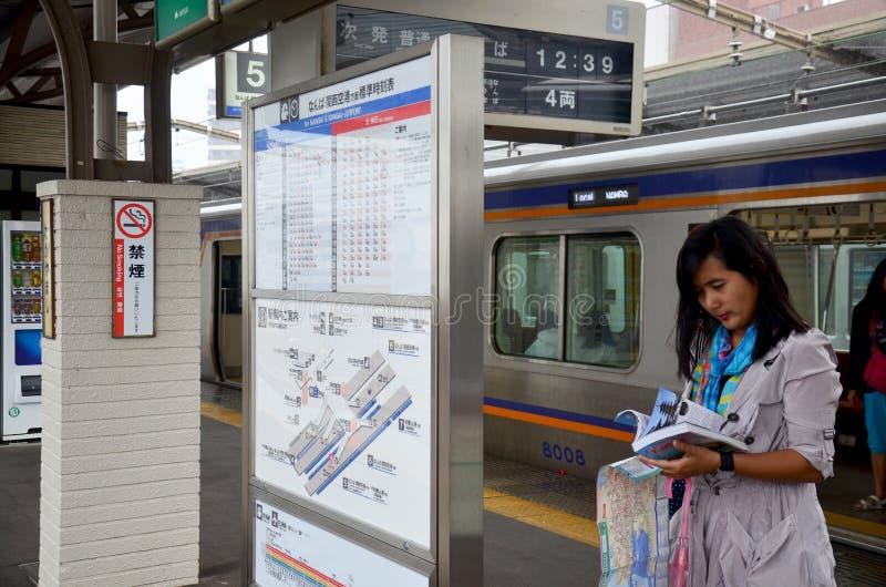 Guia tailandês da leitura da mulher dos viajantes para a cidade de wakayama do curso foto de stock