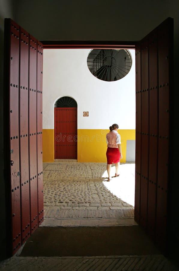 Guia turística espanhol fêmea novo na praça de touros em Sevilha Spain imagem de stock royalty free