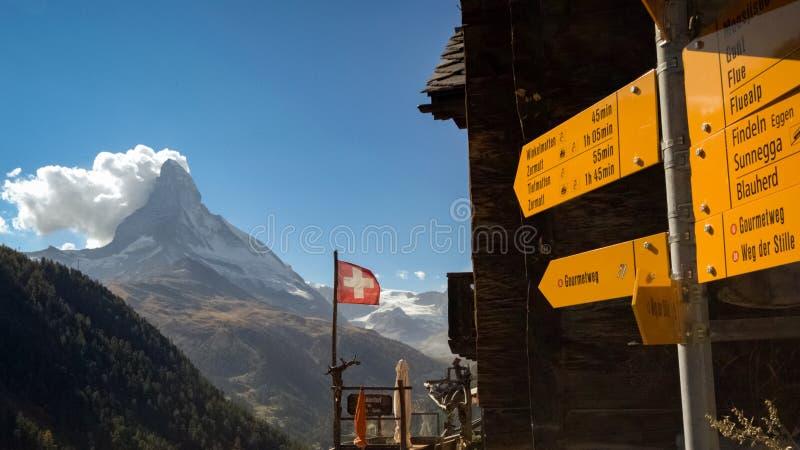 Guias de caminhada amarelos e o Matterhorn perto de Suíça de Zermatt imagens de stock royalty free