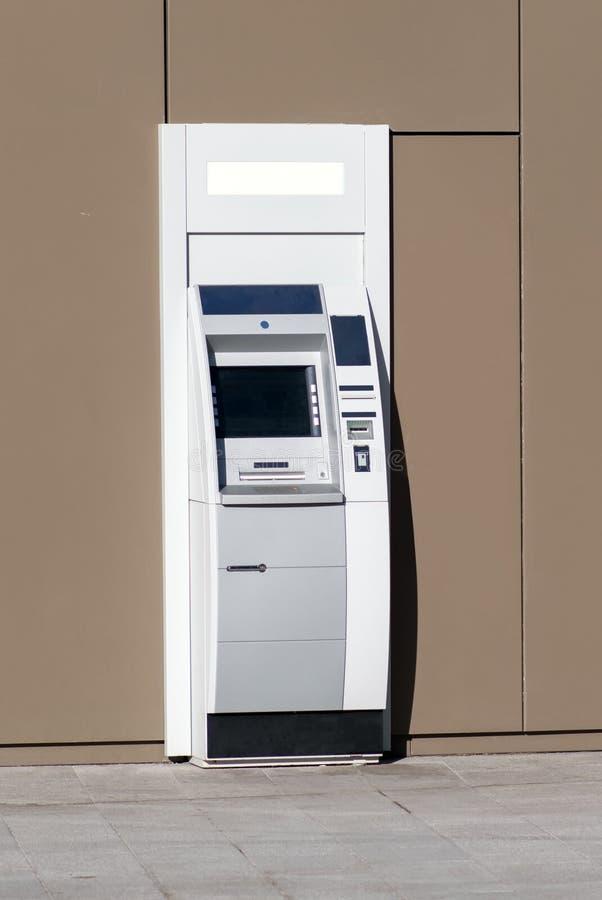 Guichetier automatique en dehors d'un édifice bancaire photo libre de droits